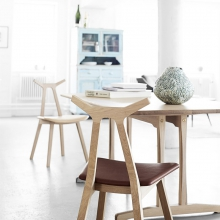 FREDERICIA FURNITURE // Nara lakeret eg eller sortlakeret ask.