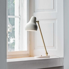 LOUIS POULSEN // VL38 - Design: Vilhelm Lauritzen.  Materiale: Børstet messing. Hvid, pulverlakeret.  Dimension: Diameter 135mm, højde 380mm, fodplade 175mm. Lyskilde: 10W LED 2700K 40 lm/W Energiklasse: A++ - A
